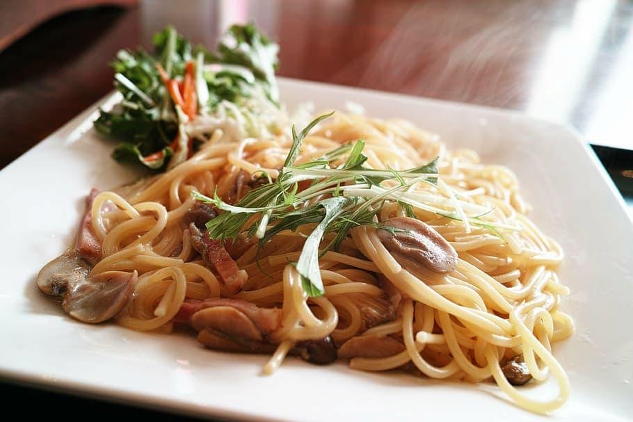 espaguettis al ajillo con tomate cherry confitado y un toque de guindilla
